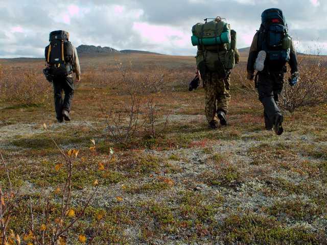 Erkki, Sami ja Teijo kulkevat kohti Stuorraäytsiä
